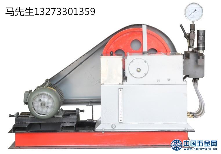 电动试压泵的功能是把动力机(如电动机和内燃机等)的机械能转换成液体的压力能。工作原理:凸轮由电动机带动旋转。当凸轮推动柱塞向上运动时,柱塞和缸体形成的密封体积减小,油液从密封体积中挤出,经单向阀排到需要的地方去。当凸轮旋转至曲线的下降部位时,弹簧迫使柱塞向下,形成一定真空度,油箱中的油液在大气压力的作用下进入密封容积。凸轮使柱塞不断地升降,密封容积周期性地减小和增大,泵就不断吸油和排油。如此往复进行工作,实现额定压力的试验。